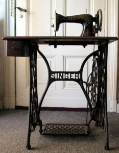 Singer_sewing_machine_table